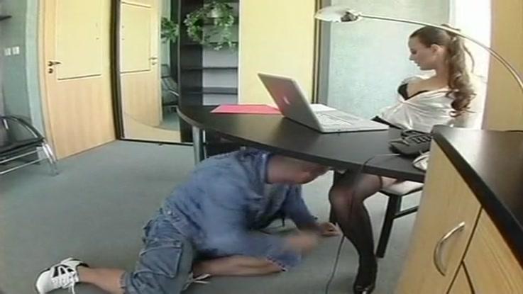 Secrtaire russe en action de baise de poing au bureau