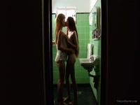 Deux lesbiennes qui savent bien se doigter la chatte, font des cochonneries dans les toilettes Video x HD - duree :: - le 10.04.2014 16:45:26